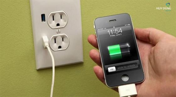 Những rủi ro khi vừa sạc pin iPhone vừa sử dụng