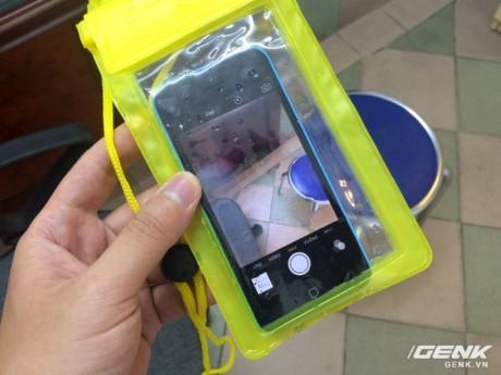 Chỉ với 30 ngàn đồng, chiếc túi chống nước này đã hủy diệt iPhone không thương tiếc