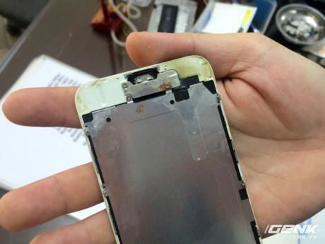 Nước ngấm vào bên trong iPhone làm ăn mòn linh kiện
